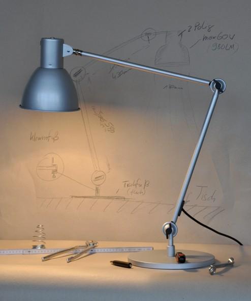 Lampe de bureau blindée noire ou argentée