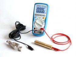 Le multimètre Digital Peak Tech pour mesurer les tensions corporelles dans les champs électriques